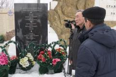 """Мемориальная доска погибшим летчикам """"Алсиба"""". п. Хандыга. 2 апреля 2018 г."""