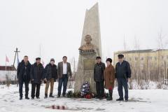Памятник прославленному снайперу Федору Матвеевичу Охлопкову. п. Хандыга. 2 апреля 2018 г.